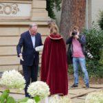 Heidekönigin Anna Schröter übergibt ein Gastgeschenk an Ministerpräsident Stephan Weil